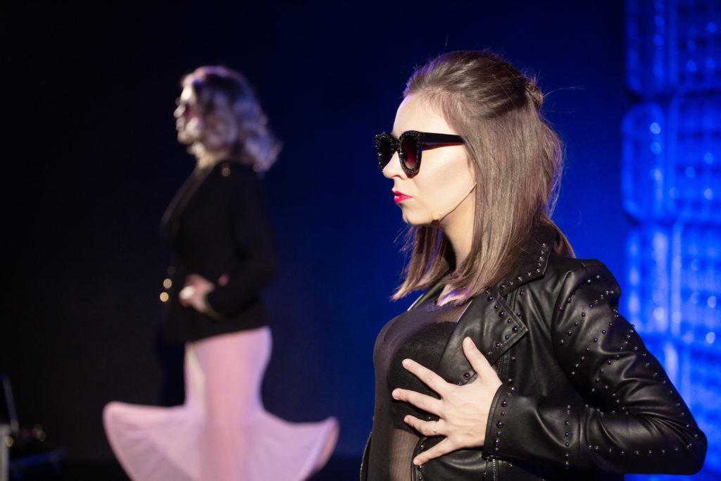 Zdjęcie ze spektaklu, od lewej: Izabela Kubrak, Natalia Hodurek
